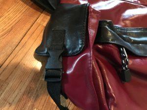 OUTDOOR PRODUCTSネオシャイニングPUショルダーバッグのサイドポケット